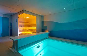 Wellnessoase mit Swimmingpool und Sauna.